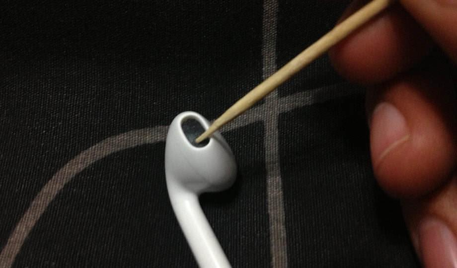 How to clean headphones from a smartphone