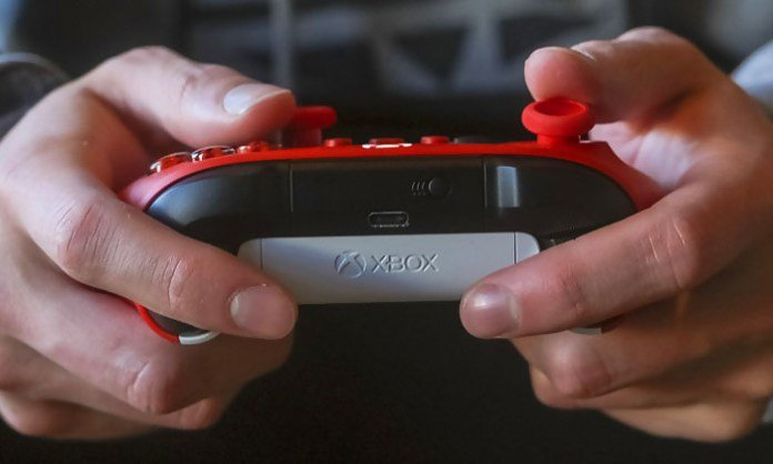 Microsoft unveils new Xbox gamepad in Pulse Red